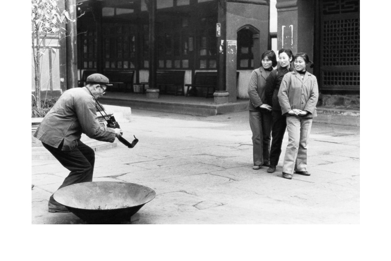 Li Dan 'Tourists at the Wenshu Temple in Chengdu taking a souvenir photograph' 1983